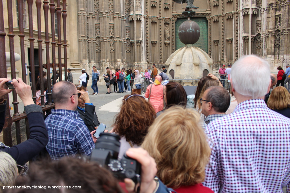 seville_cathedral_queue